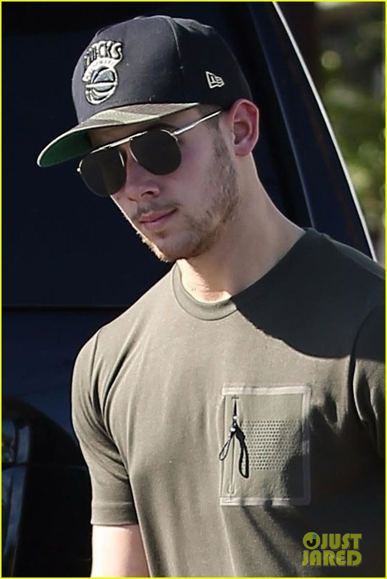 nick jonas black friday shopping in la 02